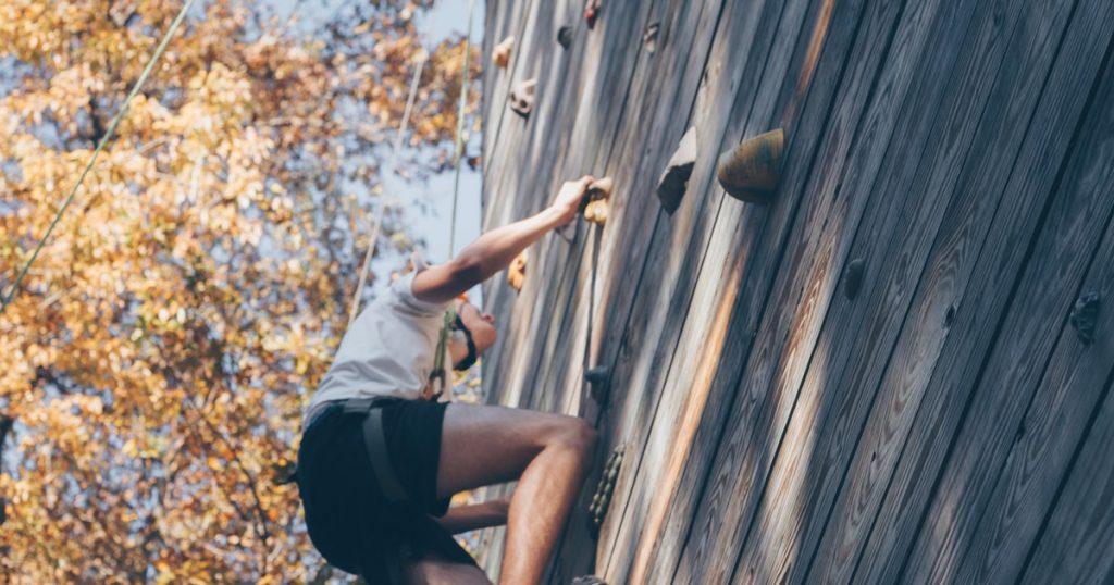 persona che fa wall climbing dopo l'hand grip strength test