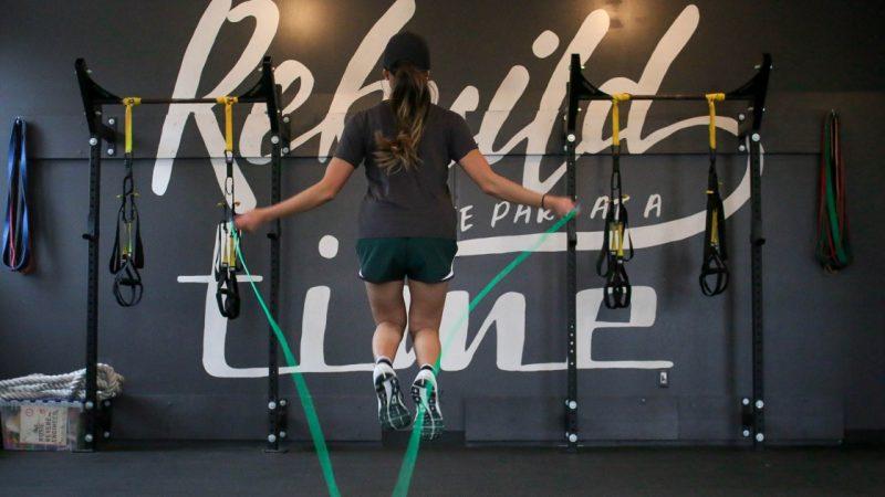 donna che fa attività fisica per evitare alterazioni del microbiota