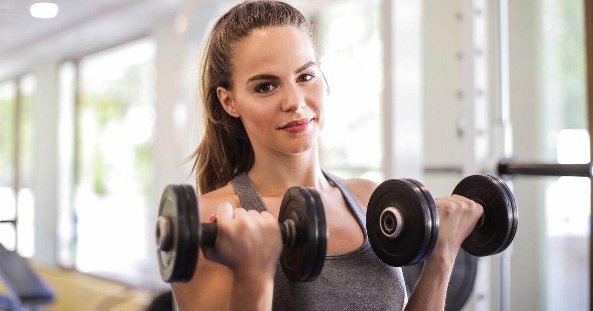 ragazza in palestra che si allena e valutazione della body image
