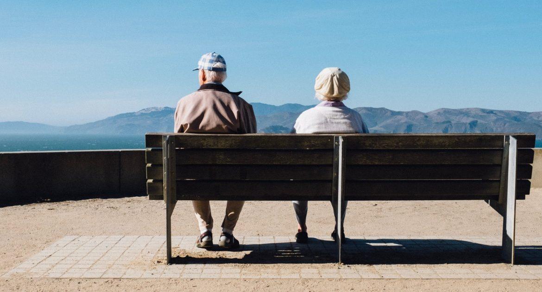 anziani su panchina con mild cognitive impairment