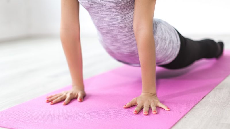donna che pratica pilates oltre alla ginnastica posturale