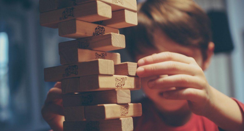 bambino che soffre di disturbo della coordinazione motoria che gioca