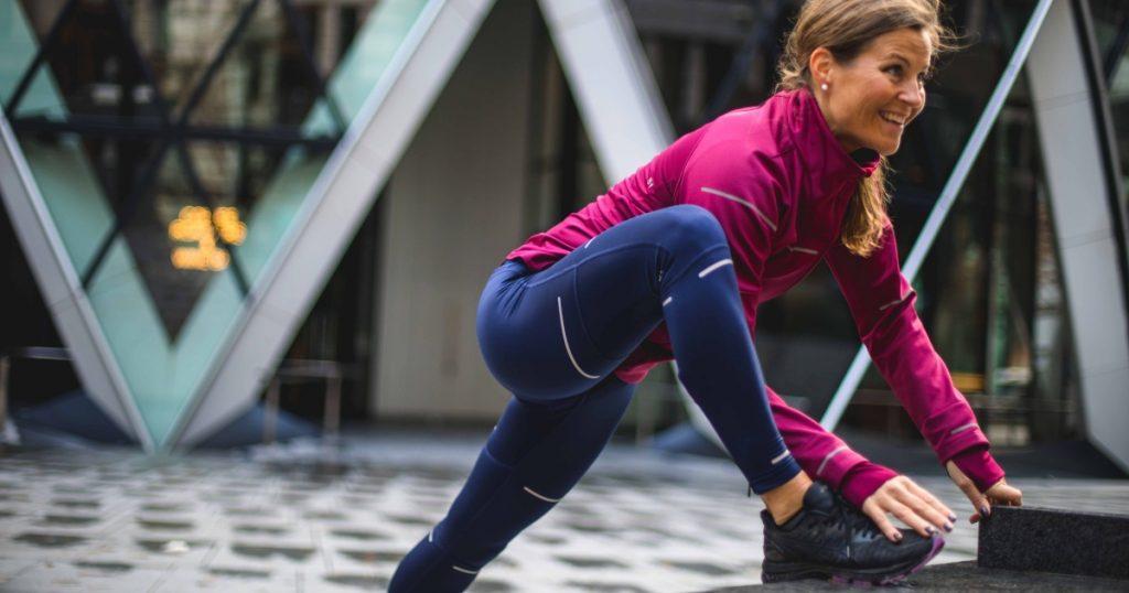 donna in menopausa impegnata in esercizio fisico