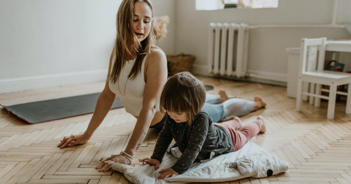 mamma e figlia fanno esercizi per la coordinazione crociata.