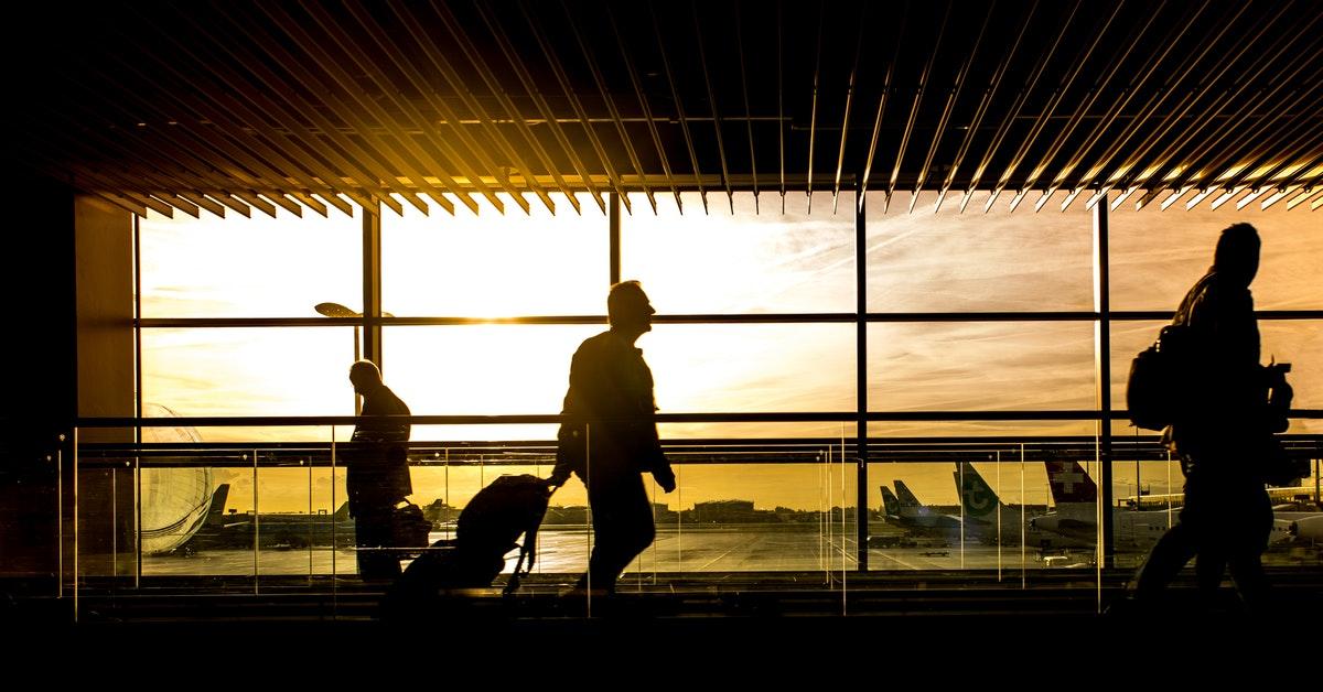 uomo in aeroporto che previene jet lag con esercizio fisico.