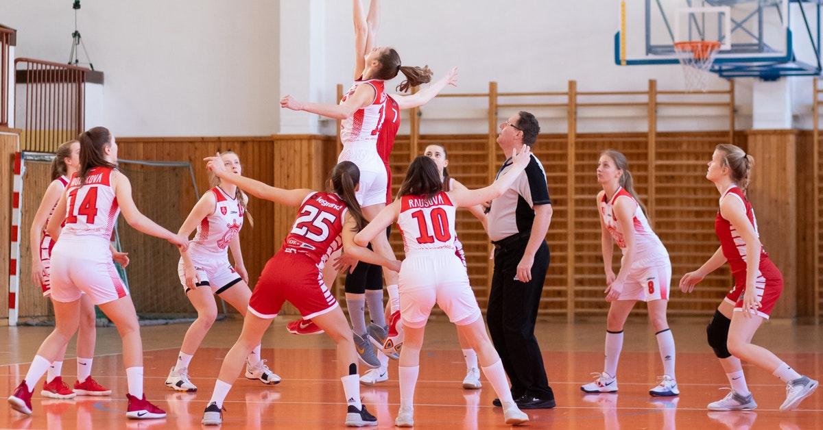 ragazze in età evolutiva giocano a basket