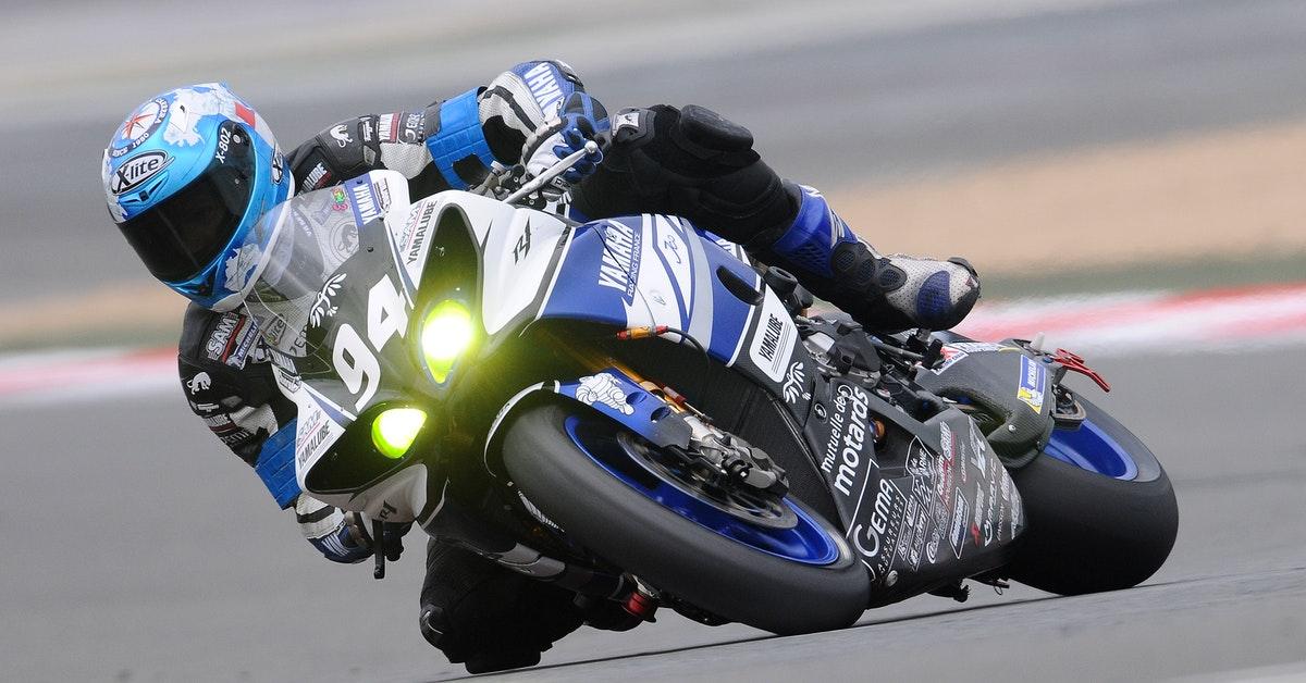 atleta che pratica motociclismo e fa allenamento dedicato.