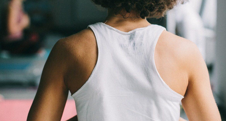 donna con scoliosi in terapia con approccio chinesiologico