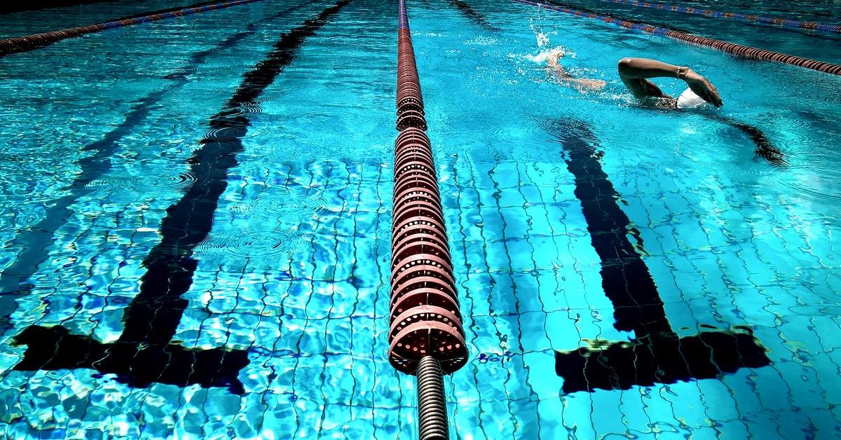 atleta con spalla del nuotatore in piscina