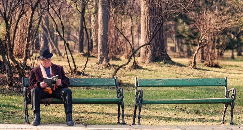 anziano al parco che previene demenza con esercizio fisico