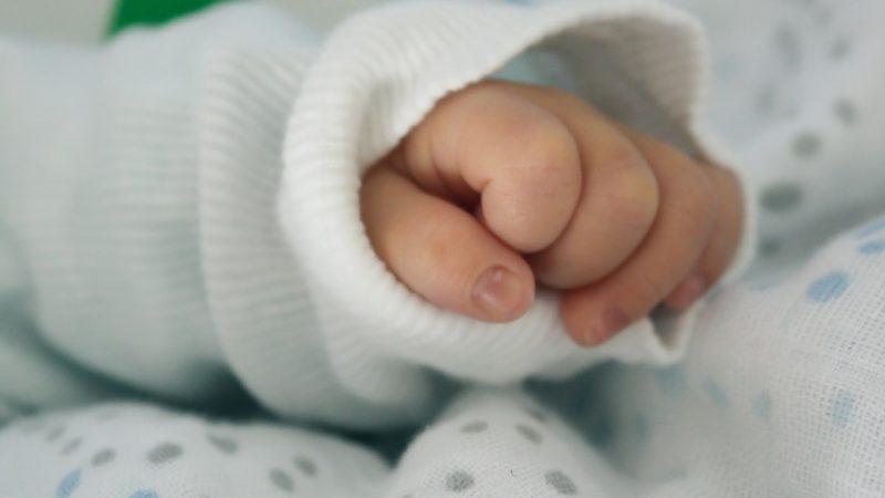 manina di bambino affetto da paresi cerebrale e trattamento con attività fisica