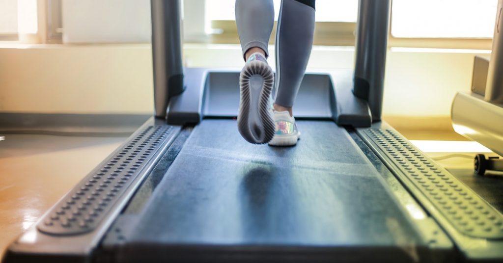 donna che pratica esercizio fisico contro il cancro
