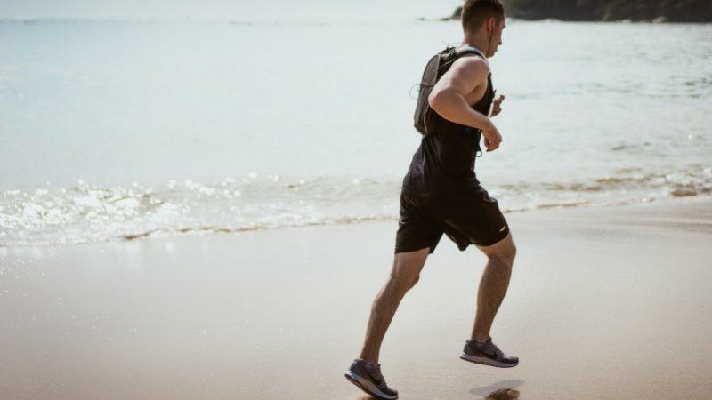 ragazzo con psoriasi che pratica esercizio fisico