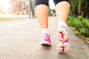 donna con psoriasi che pratica corsa