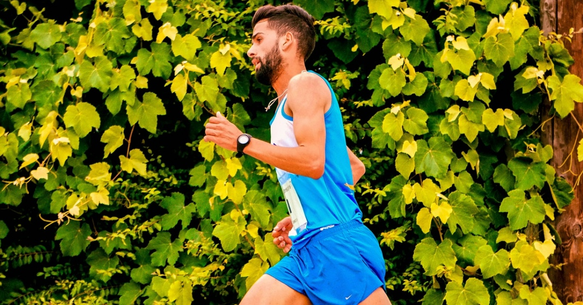 runner che si allena con monitoraggio biomeccanica