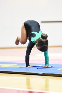 bambina che pratica ginnastica artistica