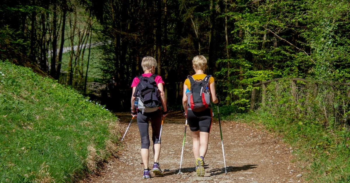 anziani che praticano Nordic walking