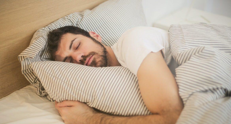ragazzo che pratica esercizio fisico nel sonno