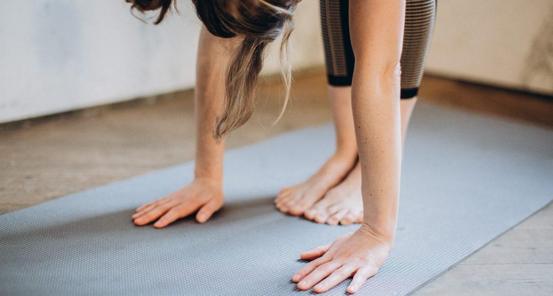 ragazza con low back pain che fa attività fisica