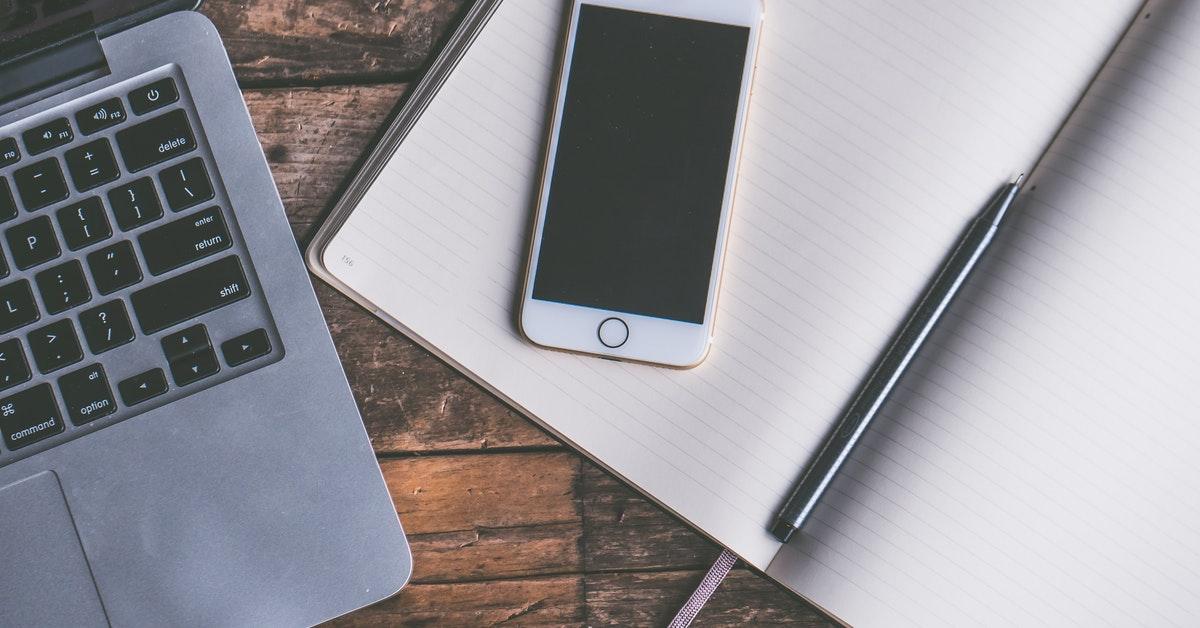 telefono con app per valutazione funzionale su scrivania