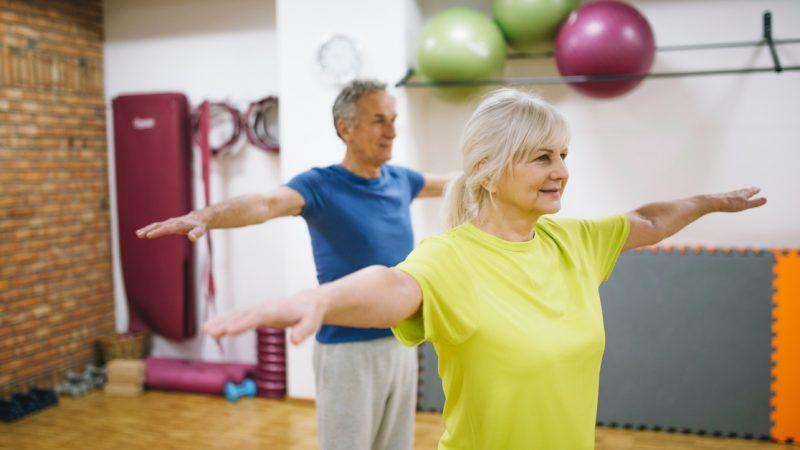 anziani con osteoartrosi che fanno esercizio fisico