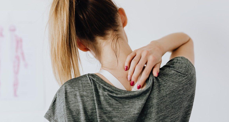 donna che si chiede come evitare il dolore muscolo scheletrico
